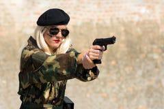 Militär kvinna med handeldvapnet Royaltyfri Bild