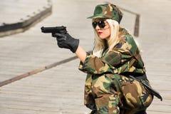 Militär kvinna med pistolen Royaltyfri Foto