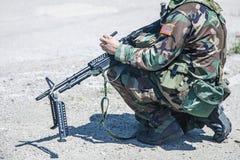 Militär kvinna som isoleras över vit bakgrund Arkivbilder