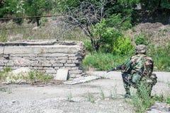 Militär kvinna som isoleras över vit bakgrund Fotografering för Bildbyråer
