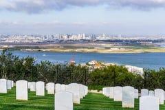 Militär kyrkogård; San Diego horisont i bakgrunden, Kalifornien royaltyfria bilder