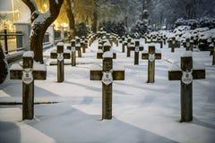 Militär kyrkogård som täckas med snö arkivfoto
