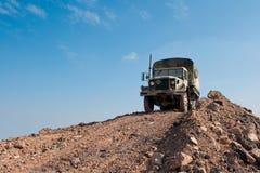 Militär-LKW auf einem Schmutz-Hügel Stockfoto