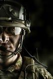 Militär man i den bärande hjälmen för kamouflage, exponeringsglas, radiouppsättning arkivfoton