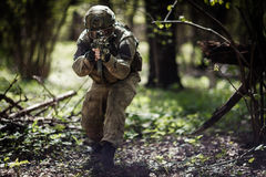 Militär man i hjälmen, kamouflage Arkivfoto