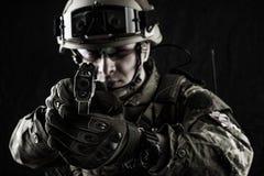 Militär man i italiensk kamouflage som siktar från handeldvapnet Royaltyfria Bilder