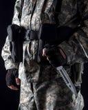 Militär man med en kniv i ett handslut upp royaltyfria foton