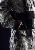 Militär man med en kniv i ett handslut upp arkivbilder