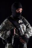 Militär man med en kniv i ett handslut upp royaltyfri bild
