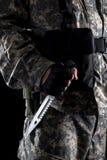 Militär man med en kniv i ett handslut upp royaltyfri foto