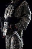Militär man med en kniv i ett handslut upp royaltyfria bilder