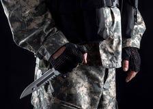 Militär man med en kniv i ett handslut upp arkivfoton