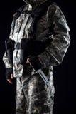 Militär man med en kniv i ett handslut upp royaltyfri fotografi