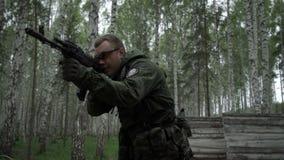 Militär man med geväret arkivfilmer