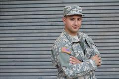 Militär man som isoleras på Gray Background arkivbild
