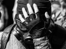 Militär manlig beläggningframsidagasmask med handbakgrund Royaltyfri Foto