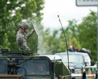 Militär medlem för USA som får besprutad med mycket vatten. Arkivfoton