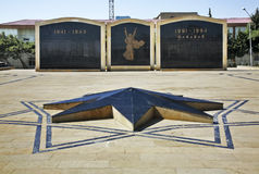 Militär minnesmärke i Lokbatan nära Baku _ royaltyfri bild
