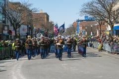 Militär musikband i St Patrick ' s-dagen ståtar Boston, USA Royaltyfri Bild