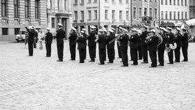 militär musikband som spelar musik på fyrkant i gamla Riga Arkivbild