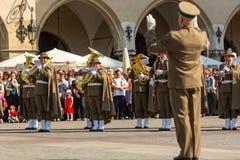 Militär orkester på huvudsaklig fyrkant under ettårig växtpolermedelmedborgare och offentlig ferie konstitutiondagen Royaltyfri Foto