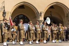 Militär orkester på huvudsaklig fyrkant under ettårig växtpolermedelmedborgare och offentlig ferie konstitutiondagen Royaltyfri Bild