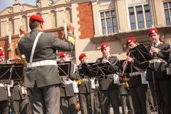 Militär orkester på huvudsaklig fyrkant under ettårig växtpolermedelmedborgare och offentlig ferie konstitutiondagen Royaltyfria Foton