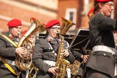 Militär orkester på huvudsaklig fyrkant under ettårig växtpolermedelmedborgare och offentlig ferie konstitutiondagen Arkivfoton