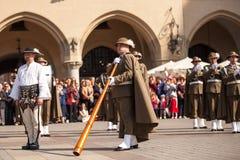 Militär orkester på huvudsaklig fyrkant under ettårig växtpolermedelmedborgare och offentlig ferie konstitutiondagen Arkivbild