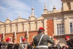 Militär orkester på huvudsaklig fyrkant under ettårig växtpolermedelmedborgare och offentlig ferie konstitutiondagen kunna Arkivbilder