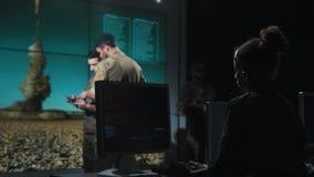 Militär personal i mitt för missillanseringskontroll lager videofilmer