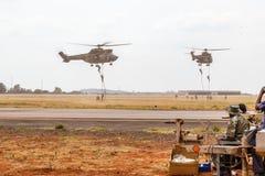 Militär show för SANDF på ett flygfält royaltyfria foton