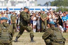 Militär stellt während der Feier der zerstreuten Kräfte dar stockbilder
