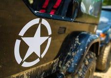 Militär stjärna för USA på jeepbilen arkivbilder