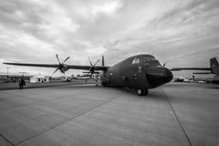 Militär transport, antenn som tankar Lockheed Martin C-130J toppna Hercules Arkivbild