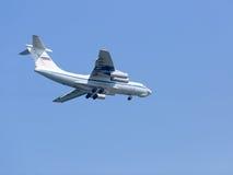 Militär transportiert die Flugzeuge Il-76MD, die im Himmel offensind Lizenzfreie Stockfotos