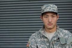 Militär ung asiatisk man Hon är rädd arkivbild