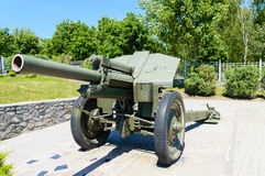 Militär utrustning gammal kanon monument Arkivbild