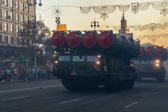 Militär utrustning och vapen på repetitionen av ståta i hedern av självständighetsdagen, KYIV, UKRAINA royaltyfria bilder