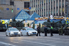 Militär utrustning på gatan Royaltyfri Bild
