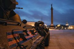 Militär utrustning på slottfyrkanten St Petersburg i vinter fotografering för bildbyråer