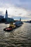 Militär versendet geschleppt durch zwei Boote Lizenzfreies Stockbild