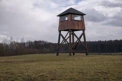 Milit?r watchtower i en koncentrationsl?ger arkivbilder
