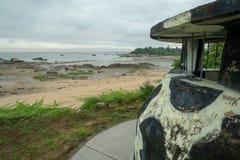 Militär watchtower på en strand på den Kinmen ön, Taiwan royaltyfria foton
