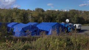 Militära fälttält som campar, tältplats av räddningsaktionmitten Emercom av Ryssland stock video