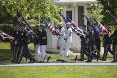 Militära filialer som bär de femtio tillståndsflaggorna Royaltyfri Foto