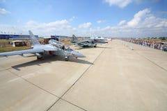 Militära flygplan och åskådare på airshow Arkivbilder