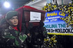 Militära flygplanskraschar i Indonesien som dödar 135 Royaltyfri Fotografi