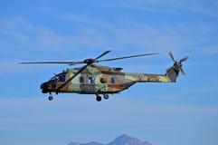 Militära Helecopter på patrull royaltyfri bild
