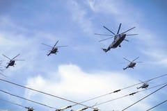Militära helikoptrar av Ryssland i himlen royaltyfria bilder